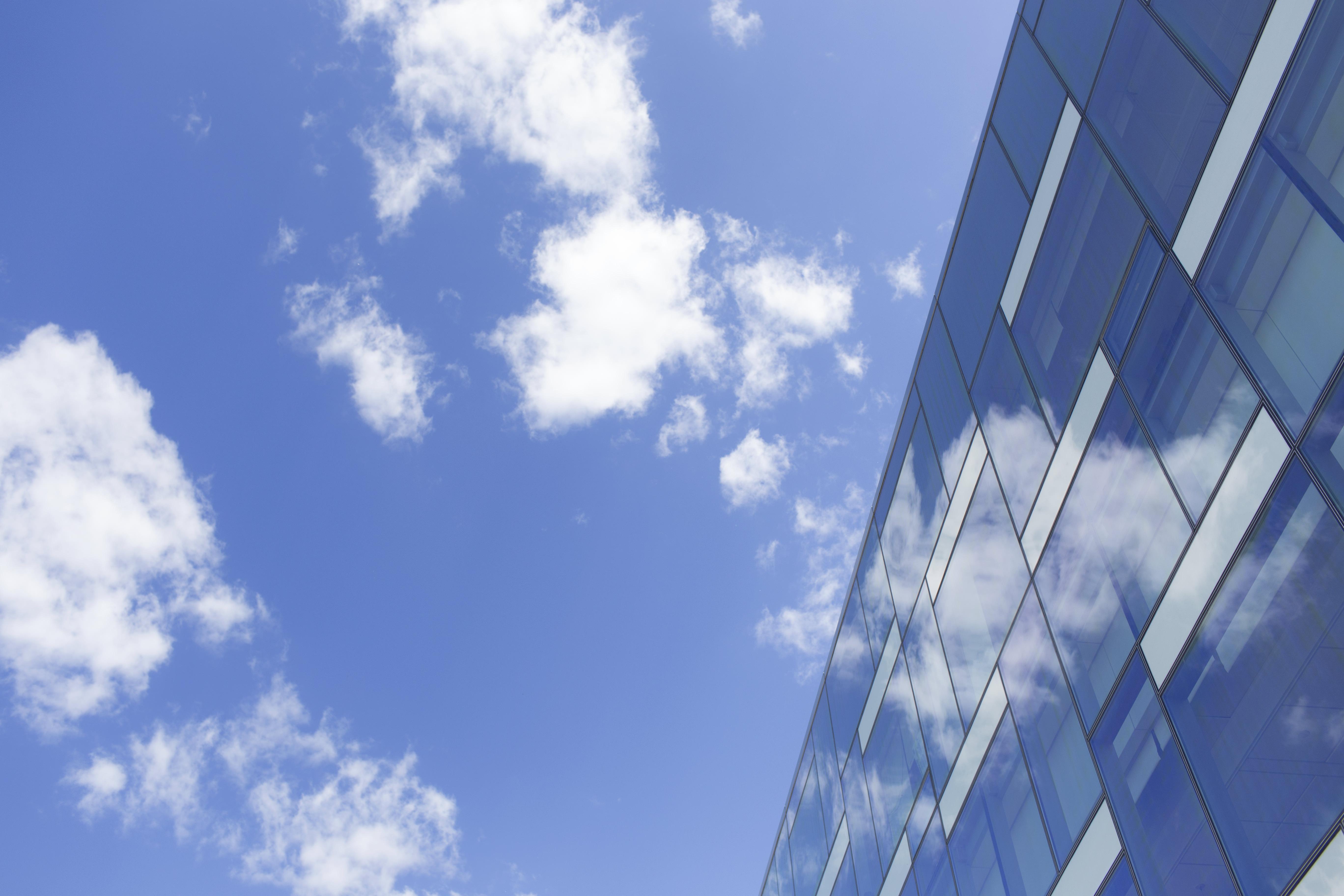 Himmel mit Wollken vor Gebäude