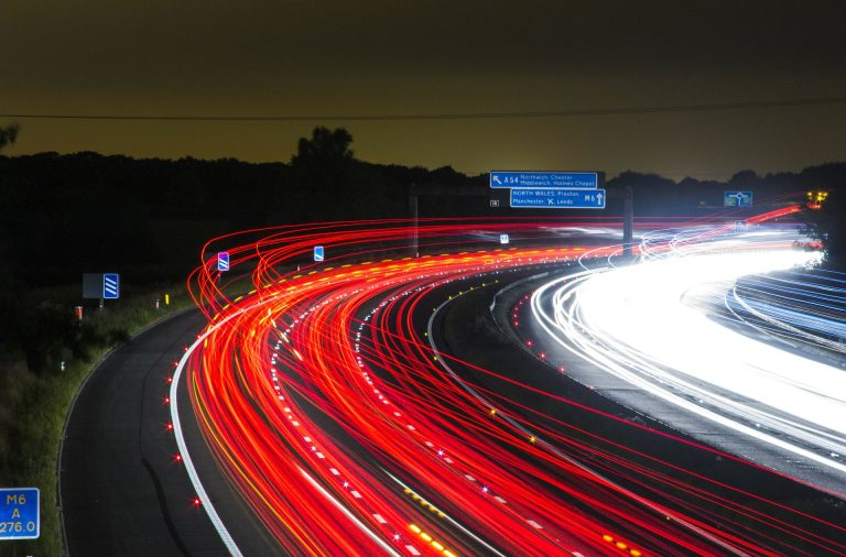 Verkehr Autobahn bei Nacht