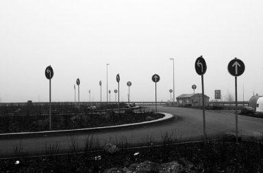 Straße mit Schildern