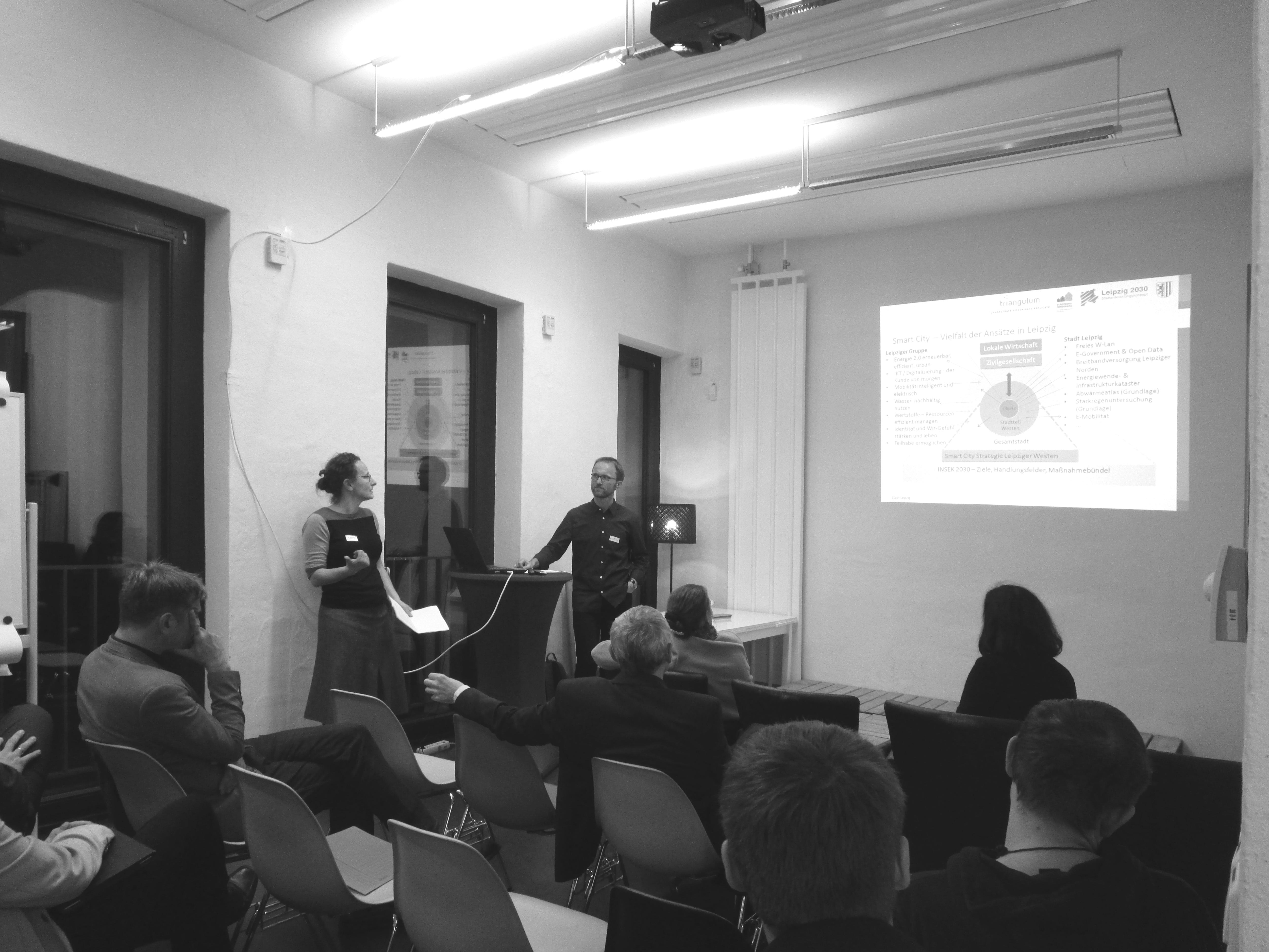 schwarz/weiß Foto vom Vortrag des Werkstattgesprächs