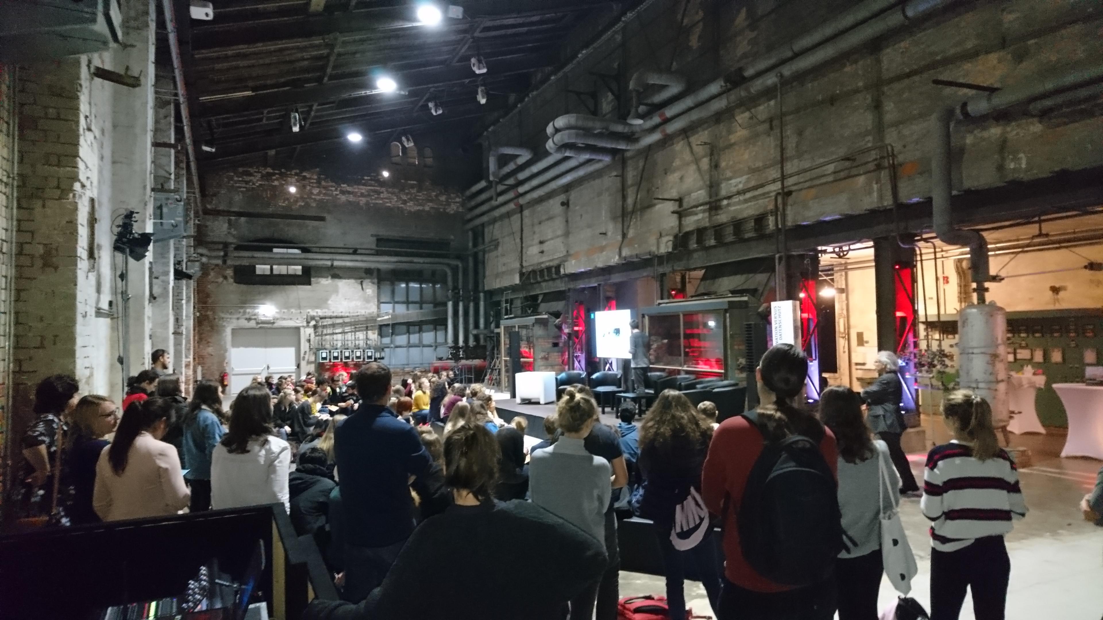 """Menschen bei der Veranstaltung der Verbraucherzentrale """"Smart City: Morgen ist heute"""""""