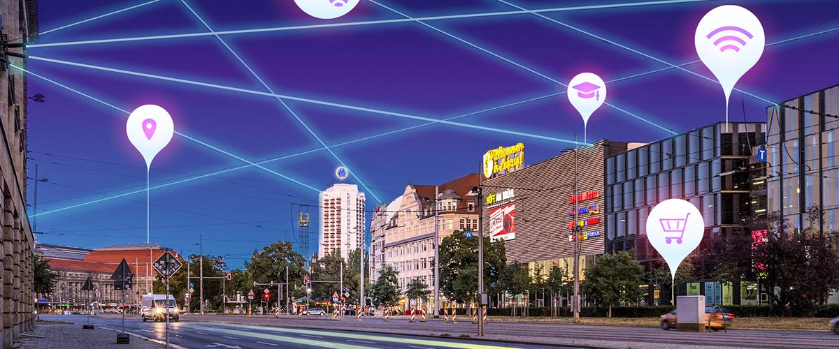 Blick vom Goerdlerring in Leipzig, im Dunkeln mit leuchtenden Netzen am Himmel und verteilte Sprechblasen