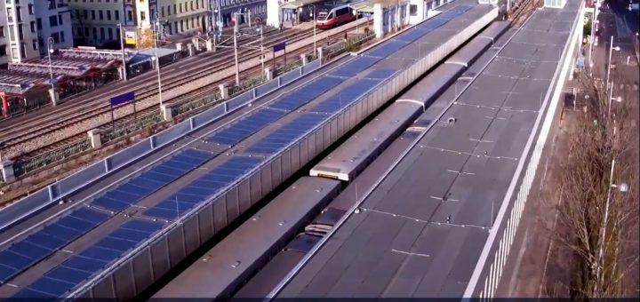 Auf dem Foto ist die U-Bahnstation Ottakring von oben zu sehen, mit vielen Solarpanelen auf den Dächern.