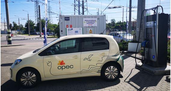 Das Foto zeigt ein E-Auto, welches an einer E-Ladesäule angeschlossen ist