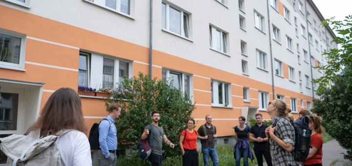 Etwa zehn Personen stehen vor einem Gebäude des Dunckerviertels im Kreis, Alexander Peitz (WSL) erklärt etwas